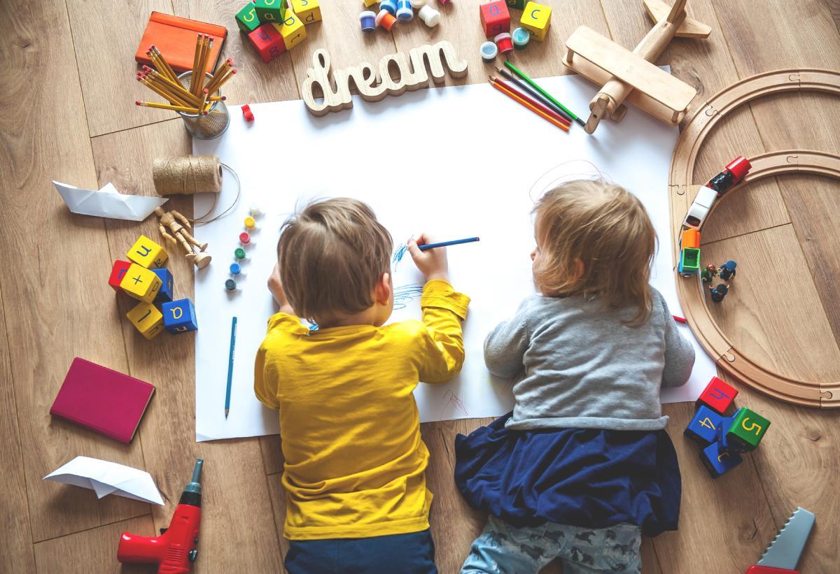 Gyerekek rajzolnak egy nagy lapra
