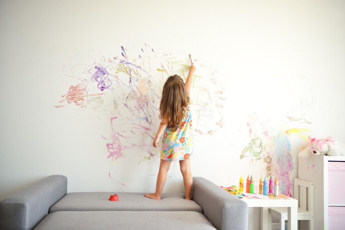Kislány fest a falra