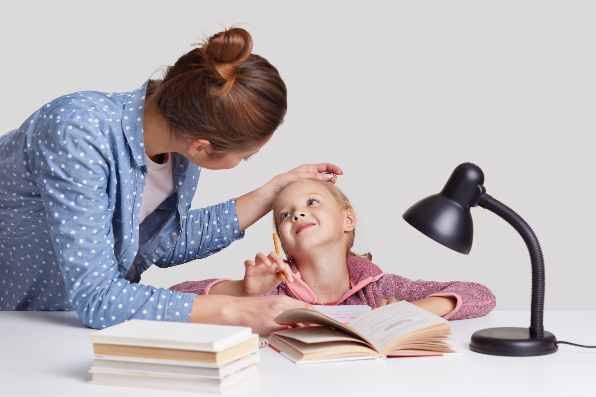 Anyuka dicséri kislányát