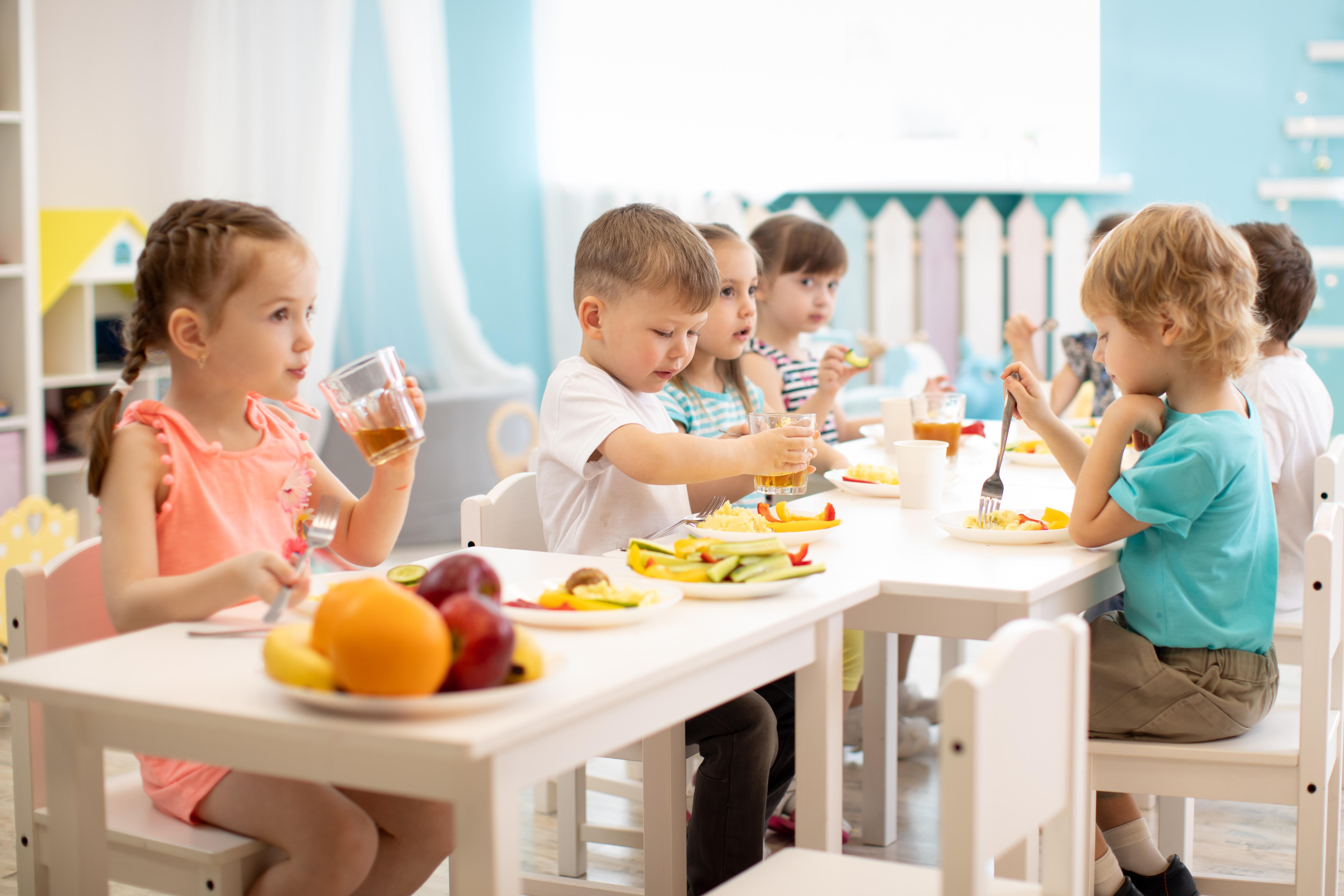 Gyermekek együtt étkeznek az óvodában