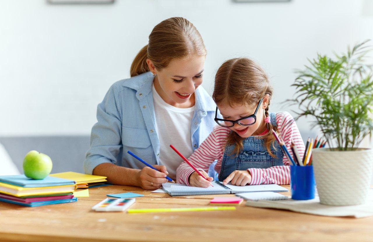 Anyuka segít a tanulásban gyermekének