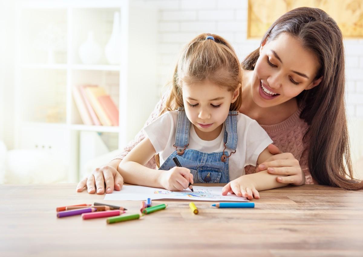 Anyuka rajzol kislányával