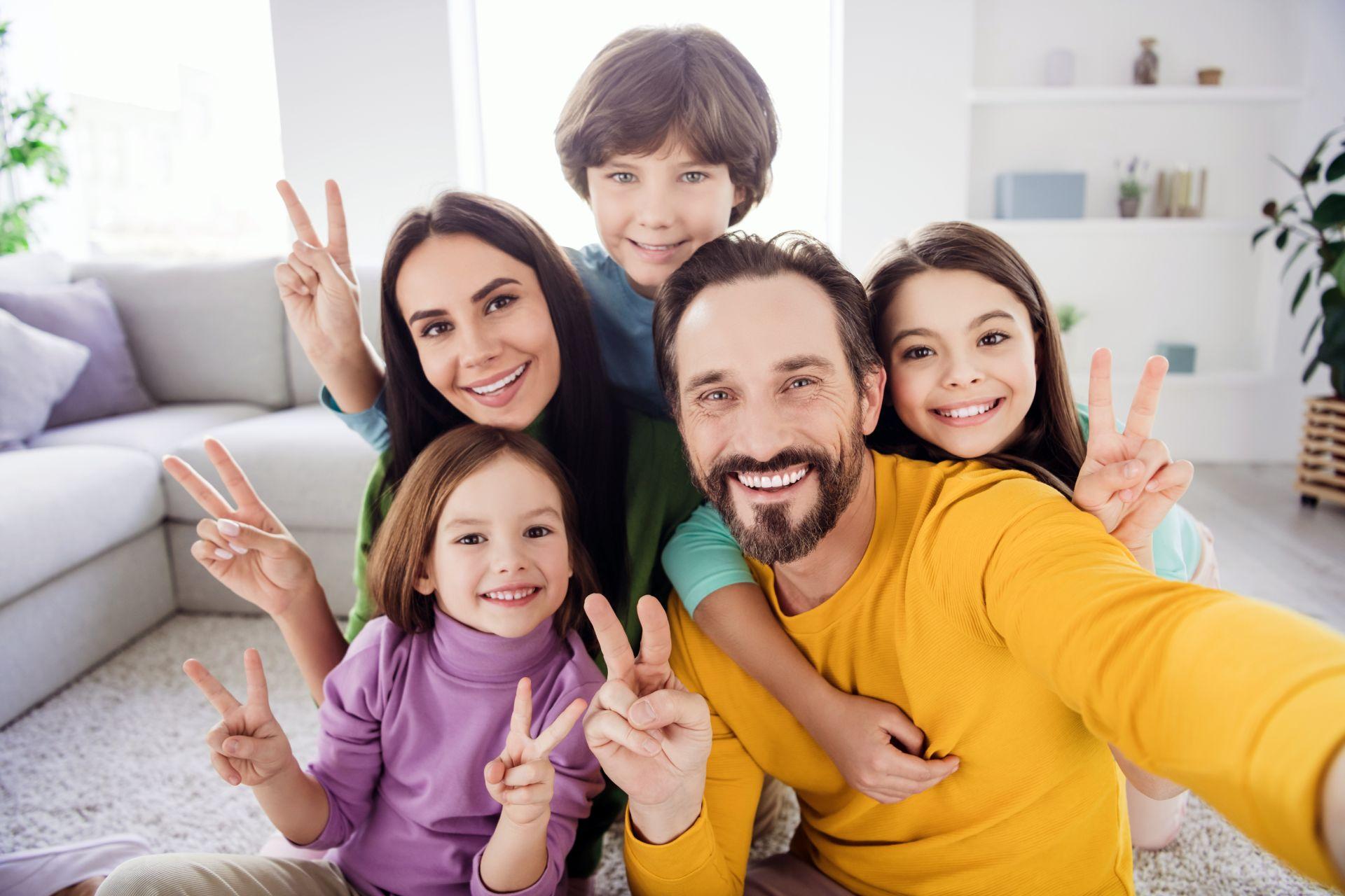 Háromgyermekes boldog család