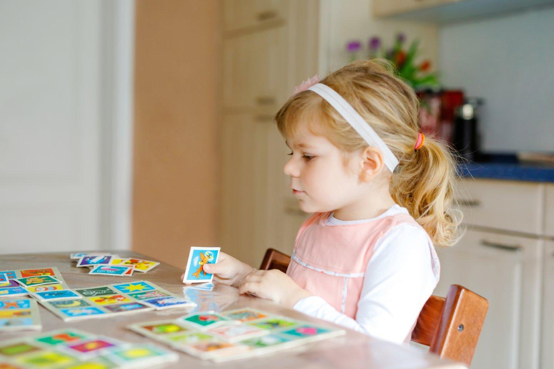 Kislány memóriakártyákkal játszik