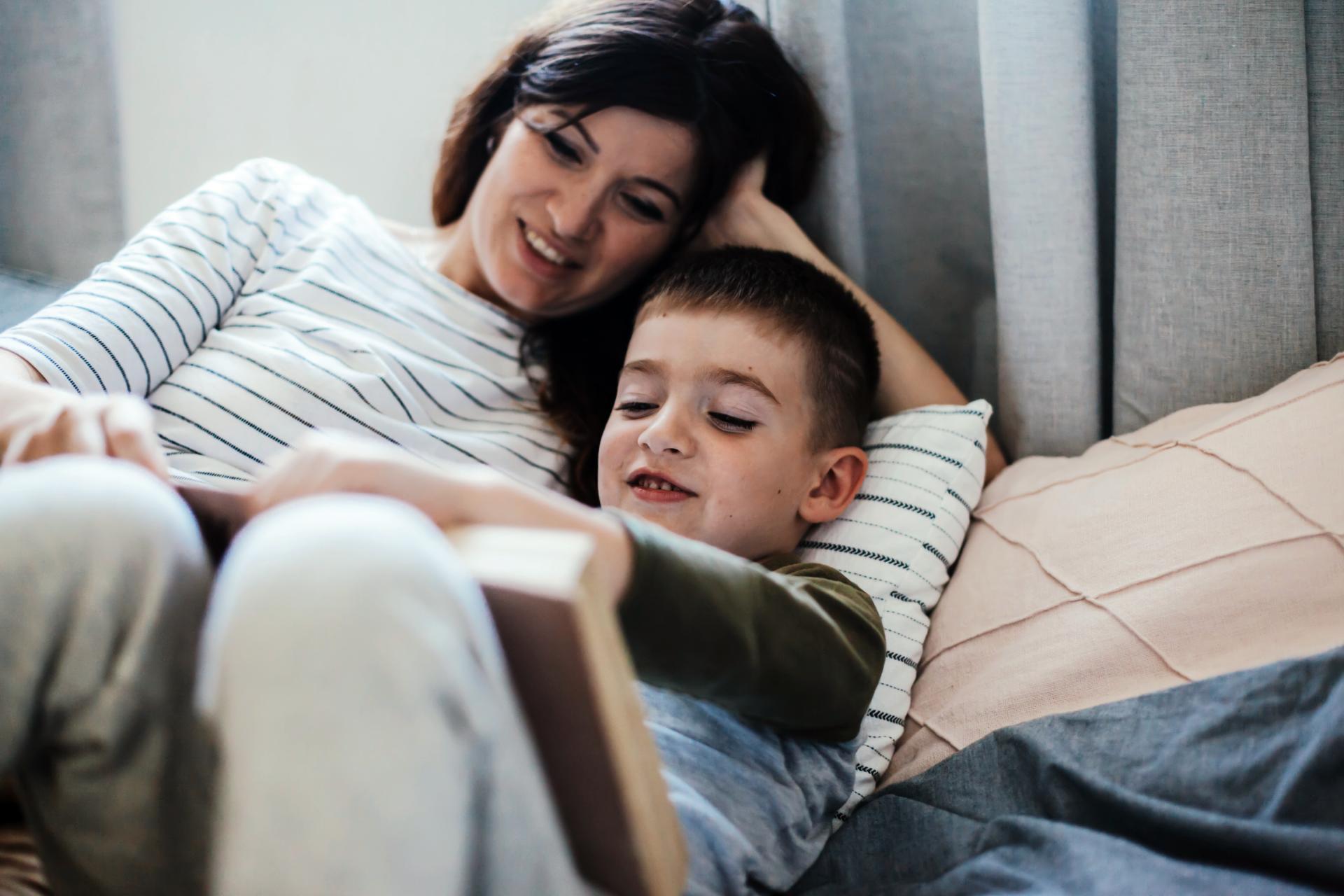 Anyuka olvas gyermekének