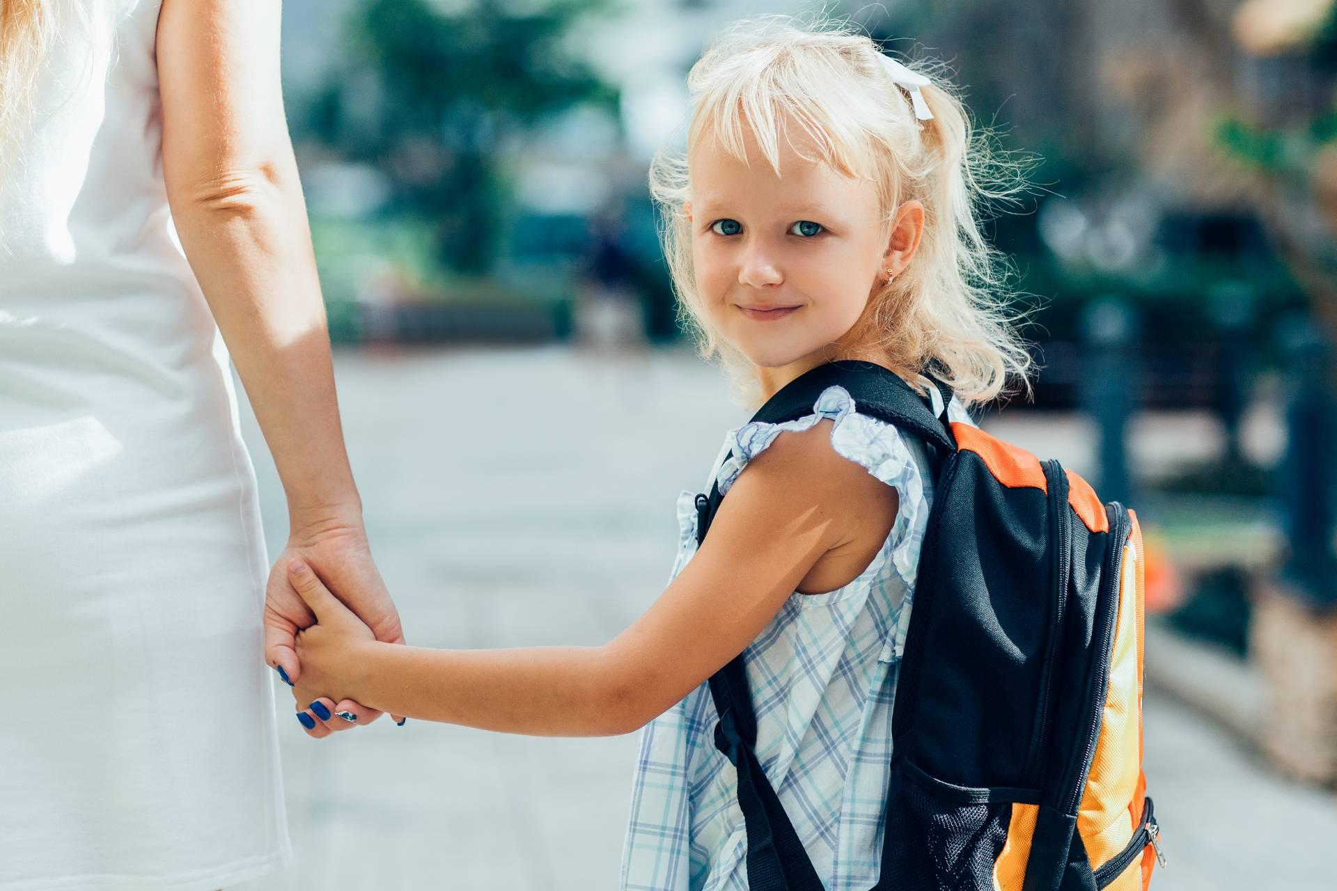 Anyuka viszi a kislányát az iskolába