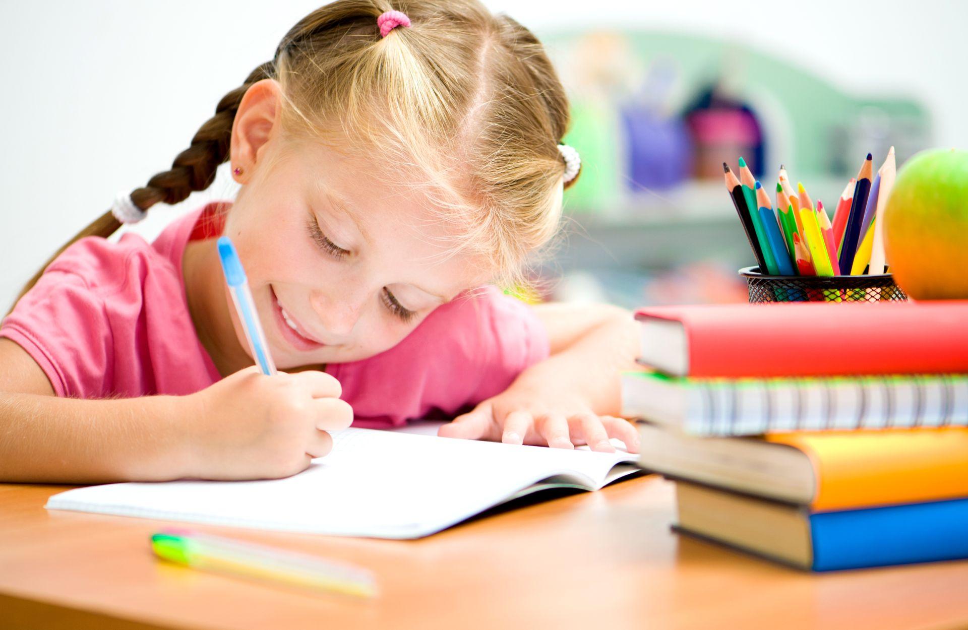Kislány tanul az iskolapadban