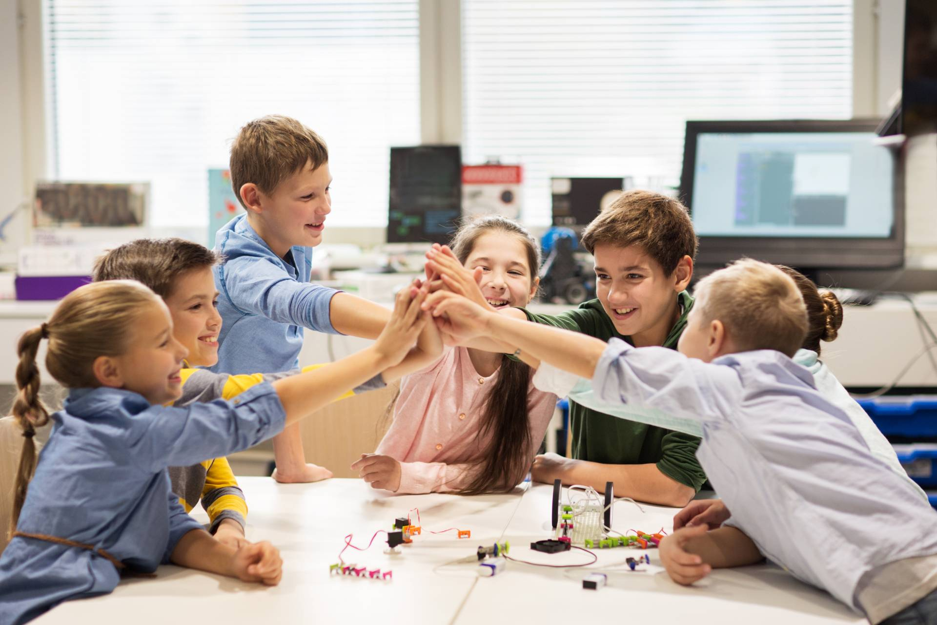 Gyerekek csoportos foglalkozáson a tanteremben