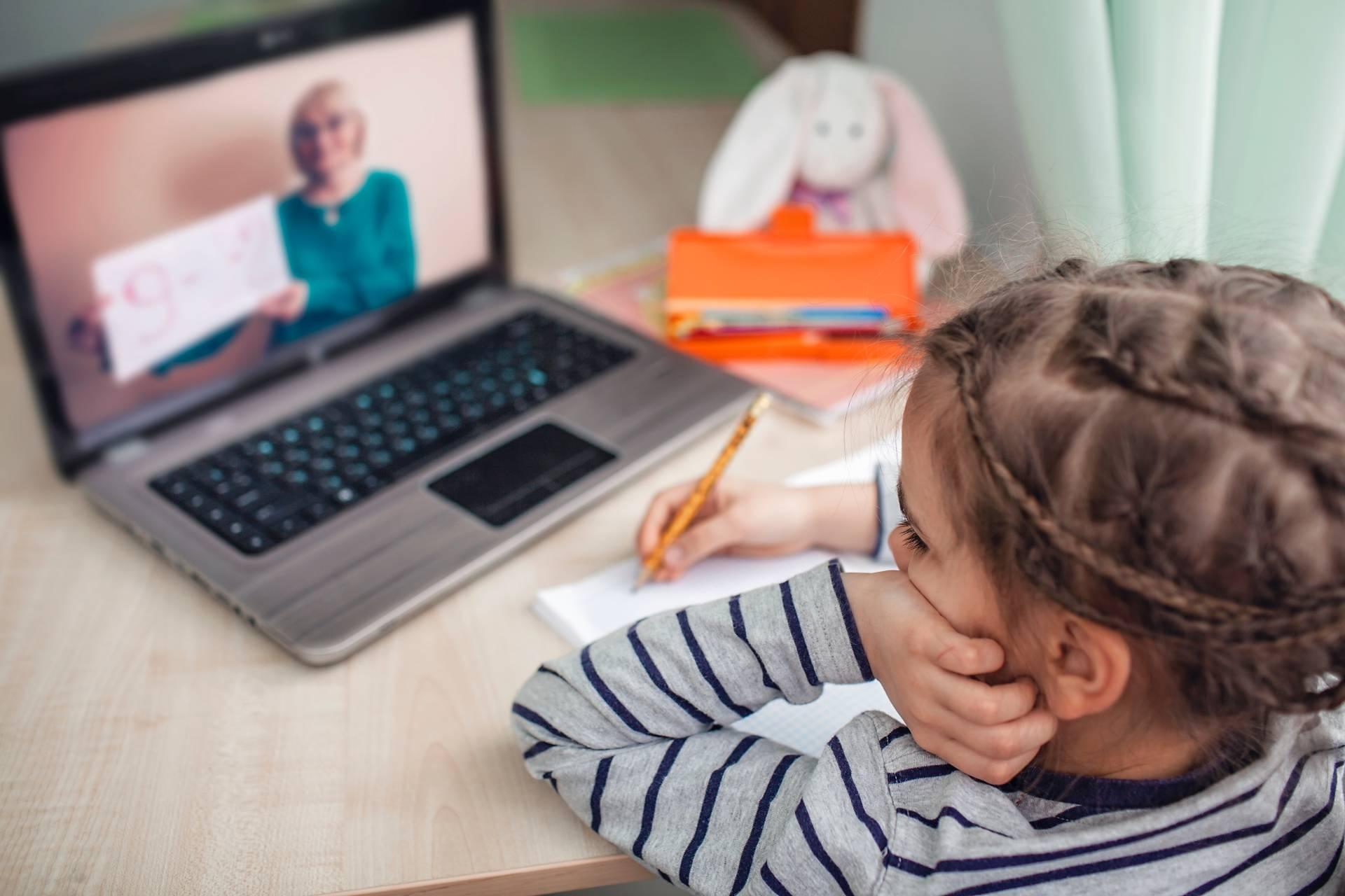 Kislány online órán vesz részt.