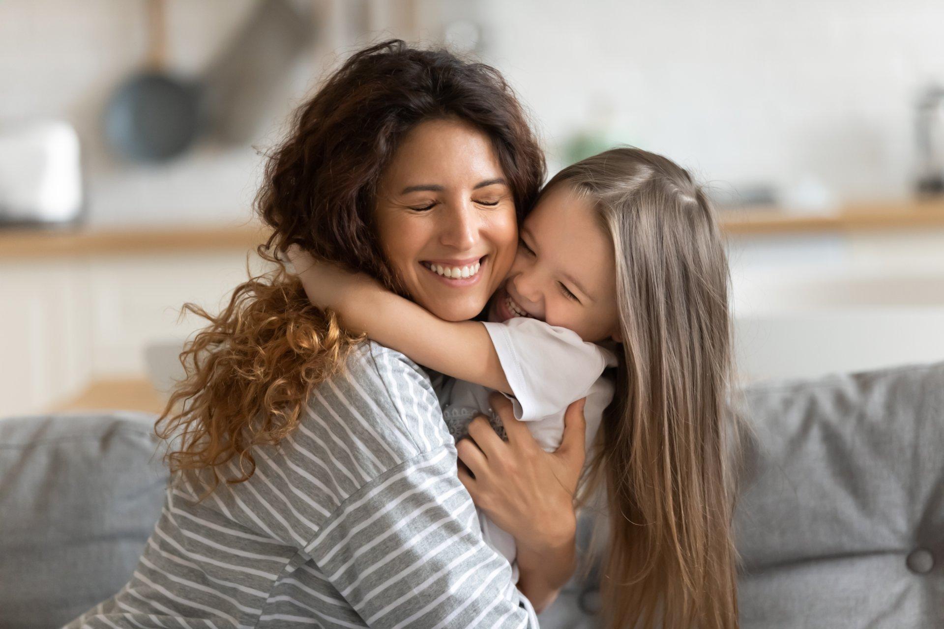Anyuka és lánya ölelik egymást