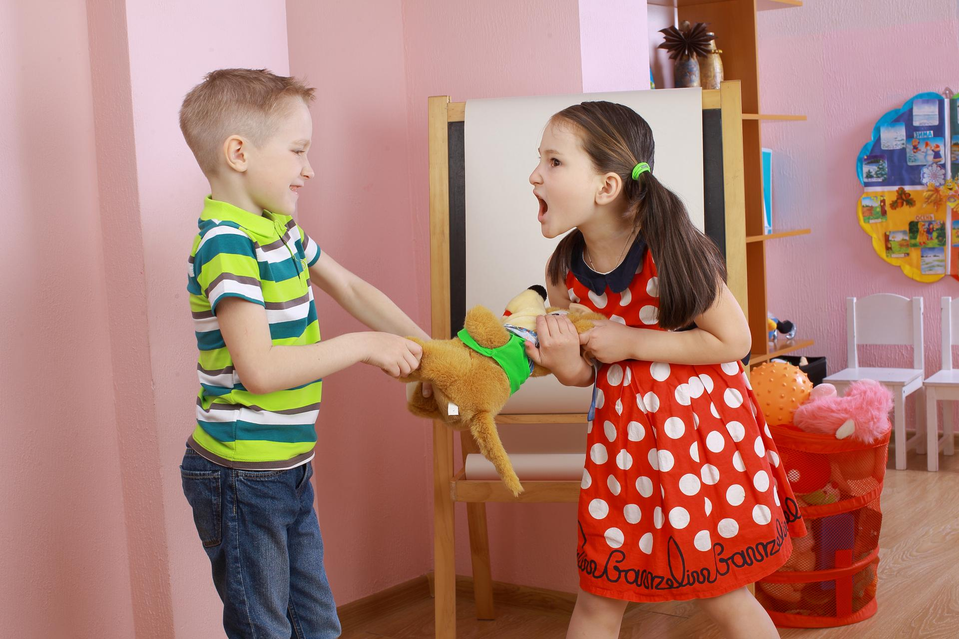 Gyerekek vitatkoznak egy játékmacin